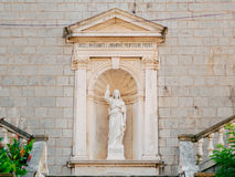 Prcanj, Montenegro la baia di Cattaro Statue sul territorio di Fotografia Stock Libera da Diritti