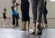 Práctica de la danza del ballet Imagenes de archivo