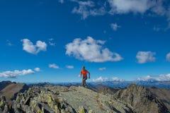 Práctica skyrunning del hombre en las altas montañas Imagen de archivo libre de regalías