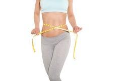 Pérdida de peso, muchacha de los deportes que mide su cintura Imagenes de archivo
