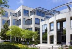Prédio de escritórios corporativo moderno Fotos de Stock Royalty Free