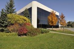 Prédio de escritórios moderno com ajardinar bonito Imagem de Stock Royalty Free