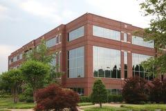 Prédio de escritórios suburbano Imagem de Stock Royalty Free