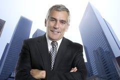 Prédios de escritórios urbanos sênior da cidade do homem de negócio Fotos de Stock Royalty Free
