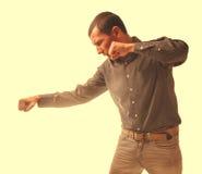 Preßte männlicher Tritt byot Gewalt in der Familie des Mannkerls sein Fäuste isolat zusammen Lizenzfreies Stockbild