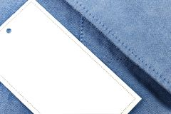 Preço branco em uma camisa azul da sarja de Nimes foto de stock