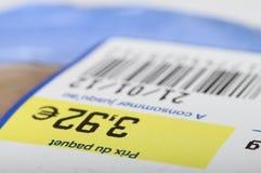 Preço, código de barras e data de validade em produtos alimentares Fotos de Stock Royalty Free