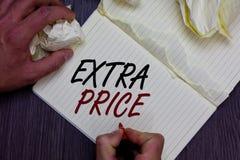 Preço extra do texto da escrita da palavra Conceito do negócio para a definição do preço extra além do grande homem ordinário do  foto de stock