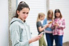 Pre предназначенная для подростков девушка будучи задиранным текстовым сообщением Стоковая Фотография RF