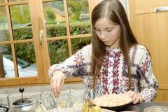 Pre-adolescente en la cocina Fotos de archivo