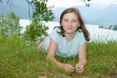Pre adolescente hermoso que pone en hierba Imagenes de archivo
