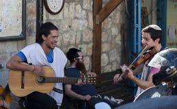 Pre celebrazione di Shabbat su una via Tzfat (Safed) l'israele Immagine Stock
