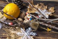 Père Christmasde chocolatparmi des branches Photographie stock libre de droits