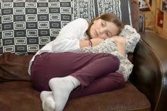 Pre el adolescente se sienta en el sofá Foto de archivo libre de regalías
