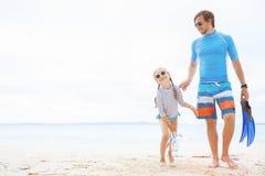 Père et descendant à la plage Image stock