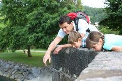 Père et enfants sur un pont Photos stock