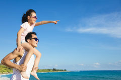 Père et fille ayant l'amusement sur la plage Images stock