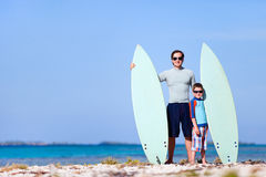 Père et fils avec des planches de surfing Images stock