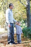Père et fils en stationnement Photo stock