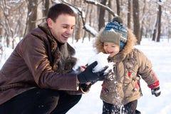 Père et fils en stationnement de l'hiver Image libre de droits