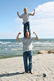 Père et fils sur la plage Photographie stock libre de droits