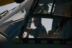 pre-flight controle in NH90 helikopter stock fotografie