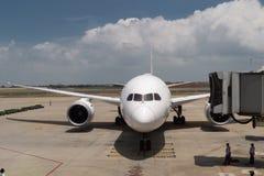 Pre-flight en bijtankende en Ladende ladingsdienst van vliegtuig, stock foto
