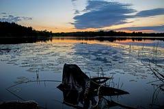 Pre-gryning vatten och himmel på ö sjön Arkivfoto