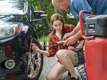 Pre manutenção de estrada da viagem Verific a pressão de pneu Imagens de Stock Royalty Free