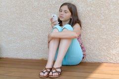 Pre muchacha del adolescente que manda un SMS en el teléfono móvil Fotografía de archivo
