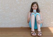 Pre muchacha del adolescente que manda un SMS en el teléfono móvil Foto de archivo