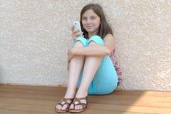 Pre muchacha del adolescente que manda un SMS en el teléfono móvil Imagen de archivo
