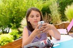 Pre muchacha del adolescente que manda un SMS en el teléfono móvil Fotos de archivo