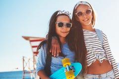 Pre nastoletni dzieci z jeździć na deskorolce fotografia royalty free