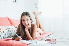 Pre nastoletni dziewczyny writing dzienniczek Zdjęcie Stock