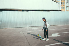 Pre nastoletnia łyżwiarka na miasto ulicie Obraz Royalty Free
