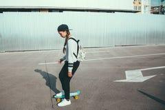 Pre nastoletnia łyżwiarka na miasto ulicie Zdjęcia Stock