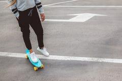 Pre nastoletnia łyżwiarka na miasto ulicie Obrazy Stock