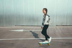 Pre nastoletnia łyżwiarka na miasto ulicie Fotografia Royalty Free