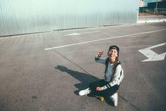 Pre nastoletnia łyżwiarka na miasto ulicie Zdjęcia Royalty Free