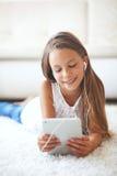 Pre nastoletnia dziewczyna z pastylka komputerem osobistym Obraz Royalty Free