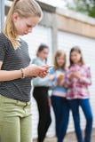 Pre Nastoletnia dziewczyna Znęcać się wiadomością tekstową obrazy royalty free