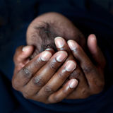 Père noir tenant le bébé nouveau-né Images stock