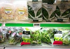 Pre packade salladgrönsaker i toppen marknad fotografering för bildbyråer