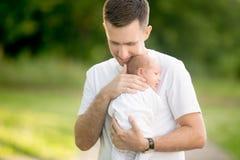 Père retenant le jeune fils Photos stock