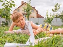 Pre-schooling achtergrond Openlucht lezen Boek en aard royalty-vrije stock foto's