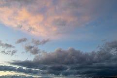 Pre-solnedgång himmel med tunga moln med ett glöd av rosa färger royaltyfri fotografi