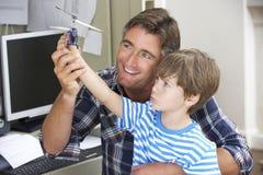 Père And Son Together dans le siège social Photographie stock