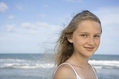 pre teen flickastående Arkivfoto