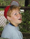 Pre-tienerjongen die van de zomer genieten Stock Foto